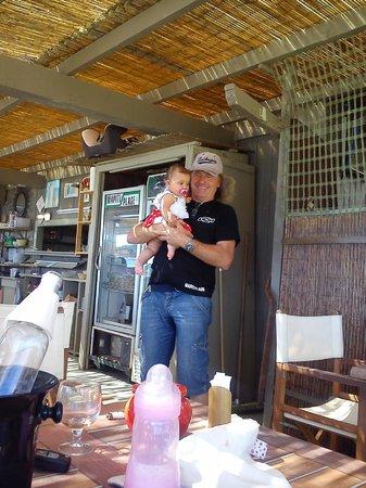 Le Wapiti : M. Yves (le patron) qui fait visiter a notre fille de 7 mois