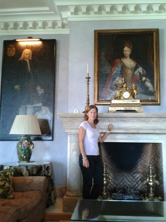 Villa Padierna Palace Hotel: Chimenea en salón