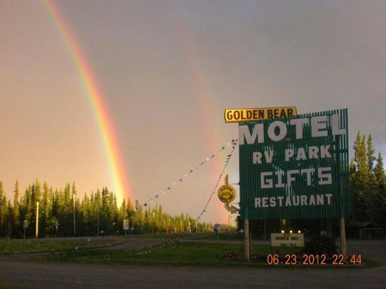 Golden Bear Motel & RV Park: So peaceful and relaxing to watch the rainbows comes out.