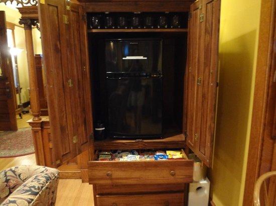 The Brookville Inn: Ice maker/refrigerator/snack drawer