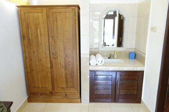 Tanah Semujan Ubud: Kleiderschrank & Waschbecken (WC,Dusche, Badewanne vorhanden)