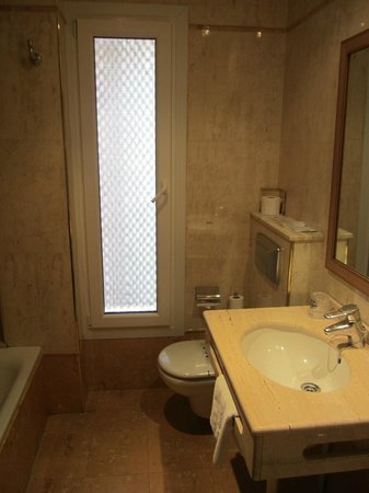 Hotel Dauro Granada: Bathroom