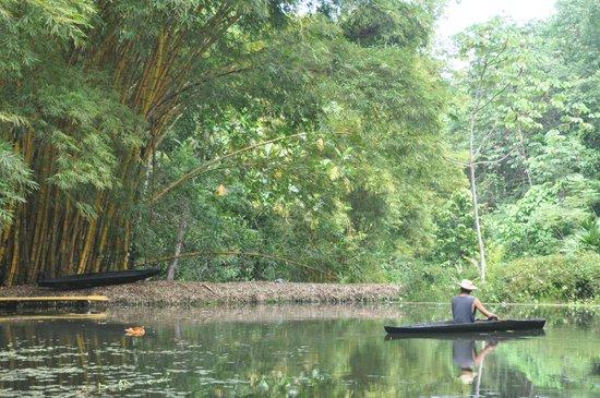 Reserva Biologica Caoba: remando en el lago