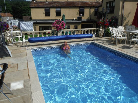 Gordons Hotel: Gordons swiming pool. And Lucy