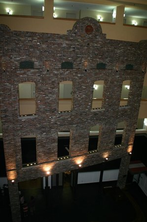 DoubleTree by Hilton Memphis Downtown : Old facade inside hotel