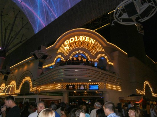 Golden Nugget Hotel: Gold Diggers in Golden Nugget, view from freemont st.