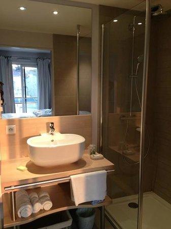 Hôtel Renaudot : salle de bain spacieuse ch 101