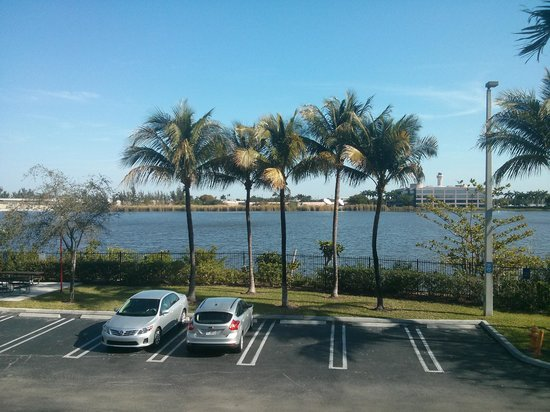 Extended Stay America - Miami - Airport - Doral - 87th Avenue South: Vista do estacionamento e da lagoa que fica ao fundo
