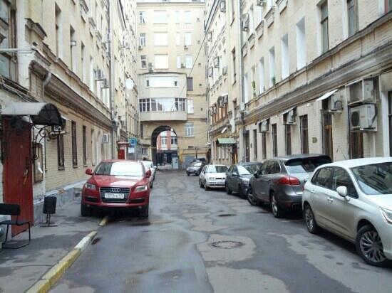 mini hotel Petrovka Loft: Callejón de entrada al hotel