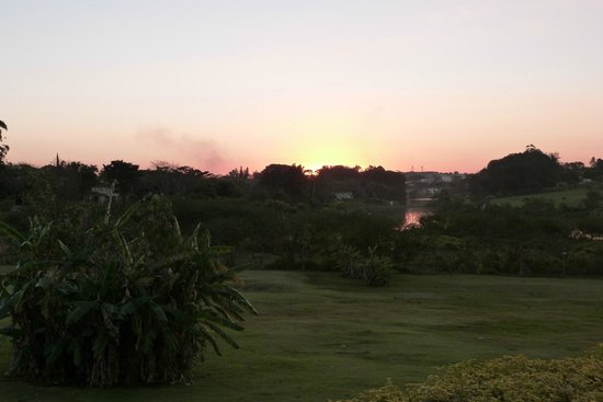 Parque Hotel Holambra: Sunset over lake