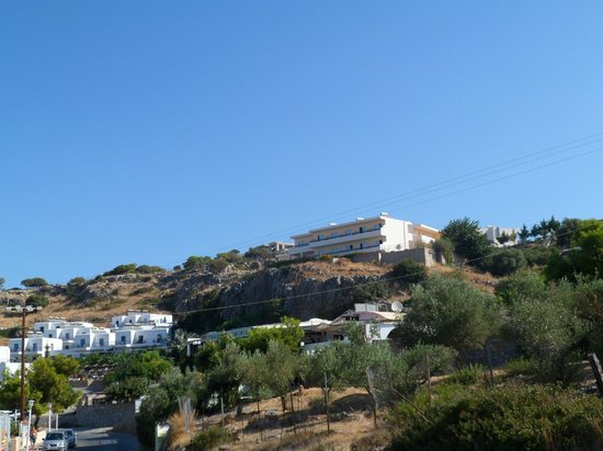 Hotel Ziakis: Ziakis from road below