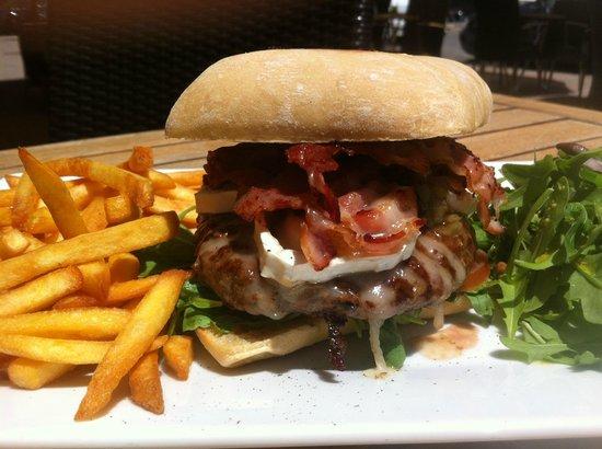 Palm Café : burger du berger (fromage de chèvre, bacon grillé, miel, steak, tomates, oignons)
