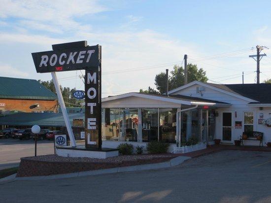 Rocket Motel : Cool 50's decor outside