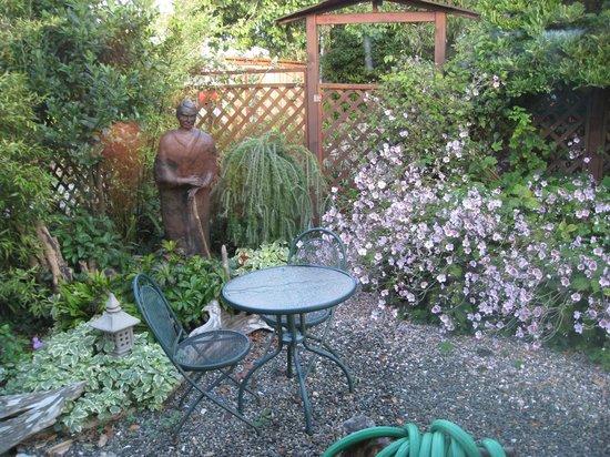 Takaki House: Garden outside the garden room