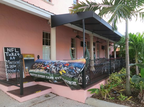Marciano's: Outdoor seating area