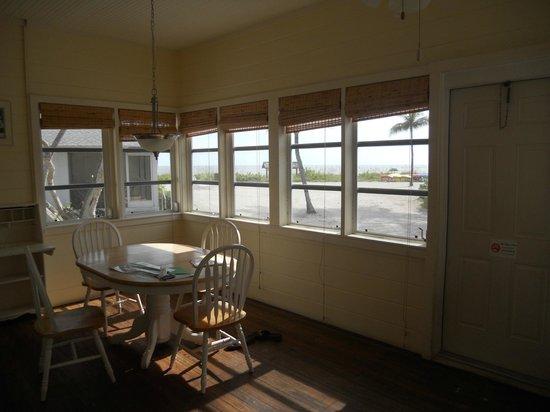 Island Inn : The dining nook and beautiful 180 degree windows!