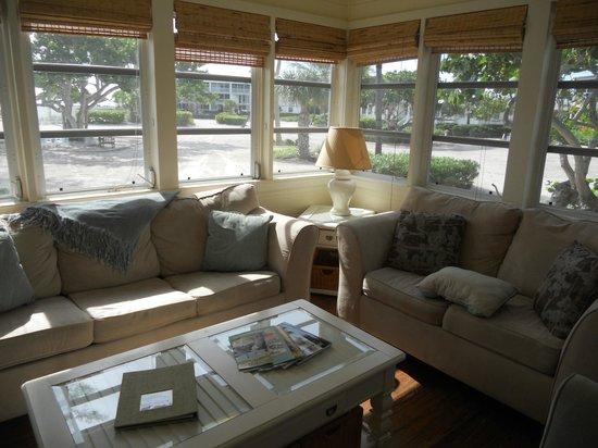 Island Inn : The cozy living room and gorgeous windows
