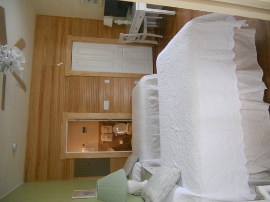 Island Inn : The second bedroom and attached bathroom