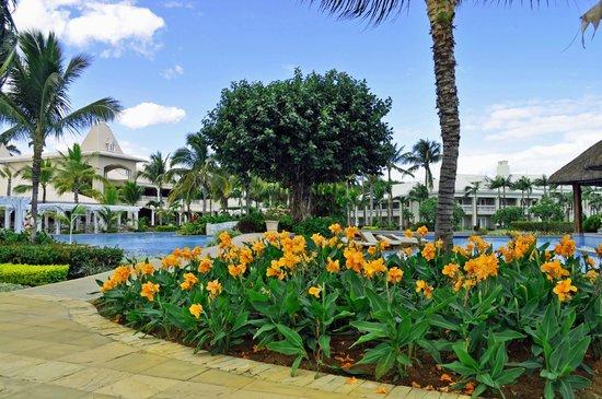 Sugar Beach Golf & Spa Resort: Sugar Beach gardens/pool area