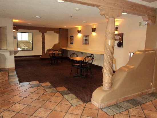 Motel 6 Santa Fe Central: Coffee Area