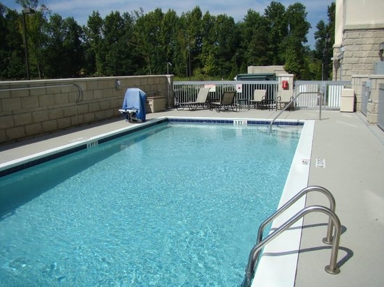 Hampton Inn & Suites Holly Springs: Relaxing small pool 5 feet on the deep end