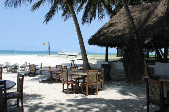 Pinewood Beach Resort & Spa: Dining area at beach