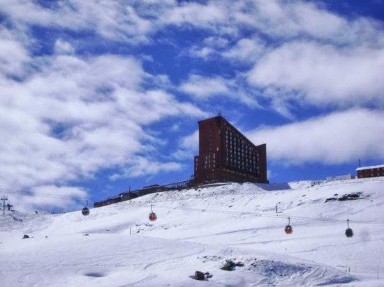 Puerta del Sol Hotel: Hotel visto da estrada.