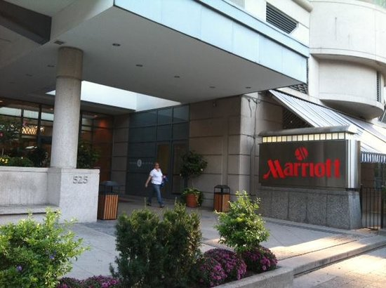 Toronto Marriott Downtown Eaton Centre Hotel: The hotel's entrance