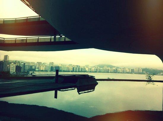 Museum of Contemporary Art: Museu de Arte Contemporânea - Ao fundo Niterói