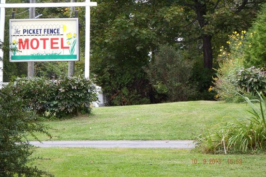 Picket Fence Motel: Grounds