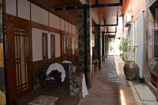 Delight Resort: Terrazas de las habitaciones. Pasillo hacia la piscina