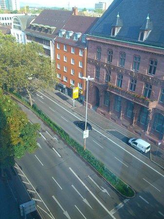 Mercure Hotel Freiburg am Muenster: Zimmer 523, Blick auf die B3 vor der Tür