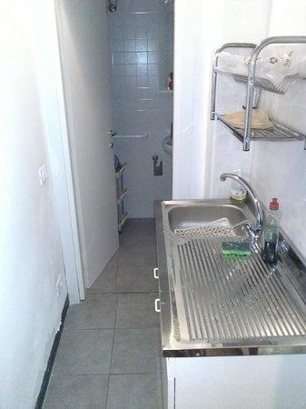 Locanda dalla Compagnia: una parte della cucina e il bagno