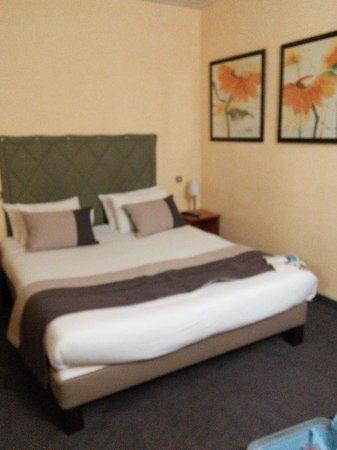 Hotel Continental: ベッドのほかに小さいソファと机がありました。
