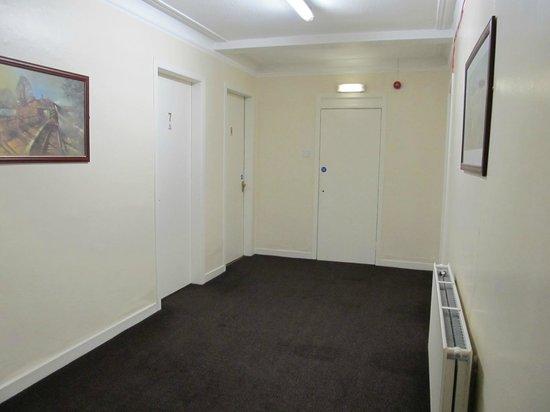 Beersbridge Lodge Guesthouse: Keller mit den Zimmern