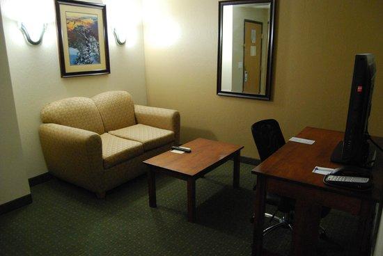 Holiday Inn Express Grand Canyon: Salon avec TV écran plat