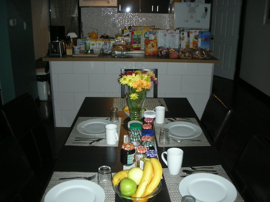 Downtown Home Inn: Breakfast - table - they prepare a day before, hummmm