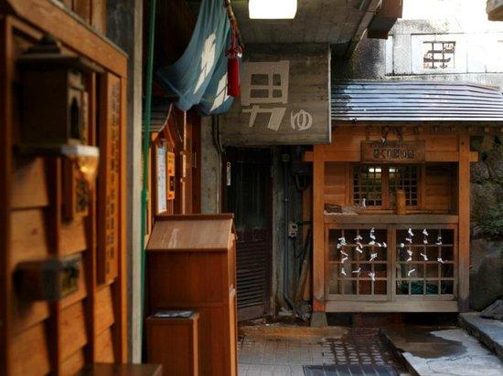 Shunran no Yado Sakaeya: 【外湯】渋温泉の外湯は源泉かけ流しのため熱め。しかし効果は抜群です!