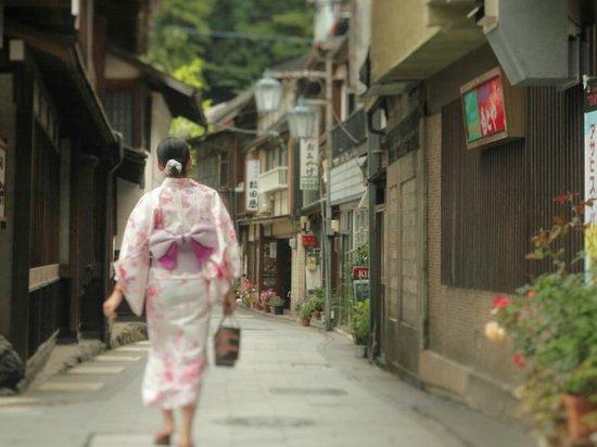 Shunran no Yado Sakaeya: 渋温泉の街並みは昔ながらの趣があり浴衣と下駄でカランコロン散策するとより情緒のある温泉街を楽しめます。