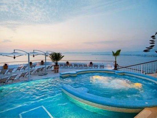 Grand Miramar All Luxury Suites & Residences : piscina y jacuzzi en la terraza del rertaurant Sky