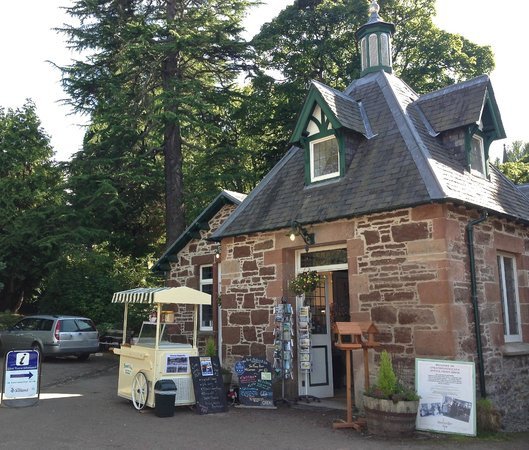 Strathpeffer, UK: The (Upper) Pump Room entrance, traditional old fashioned sweetshop.....