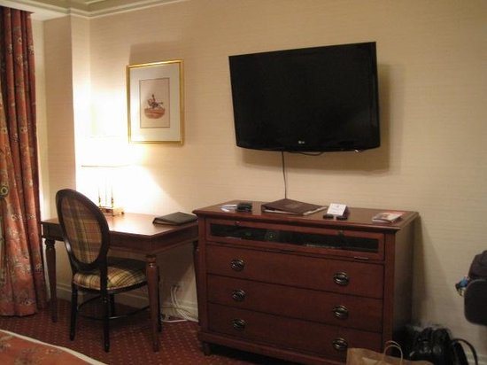 The Milburn Hotel: Good size TV, desk