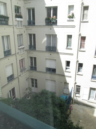 Hotel Brescia Opera: Garden view from room window