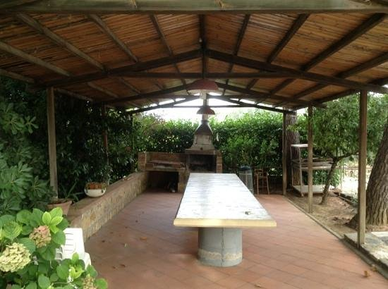 Azienda Agricola Montalpruno: Covered BBQ and prep/partytable