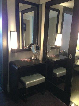 W Atlanta Midtown - Room 1606 Vanity Area