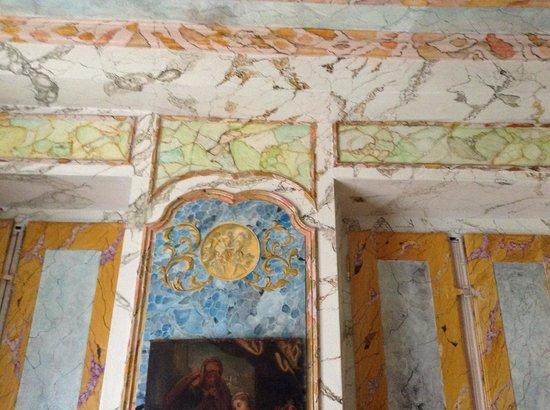 Chateau de Longecourt: Beautiful faux painting in the chapel