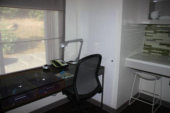 Element Lexington: Desk/chair