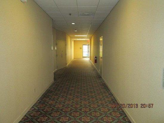 Quality Inn Midtown: Hall opposite of the breakfast room