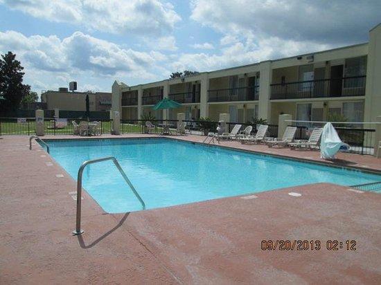 Quality Inn Midtown: Nice big pool