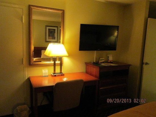 Quality Inn Midtown : Nice size workstation w free wi fi